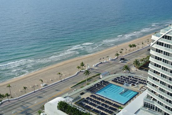 Hilton Fort Lauderdale Beach Resort: view from our room of the beach
