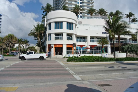Hilton Fort Lauderdale Beach Resort: hotel from across the road