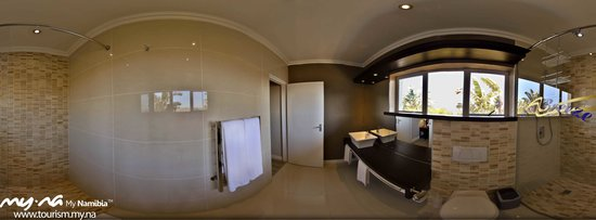 Sea Breeze Guesthouse: Amber bathroom-panoramic