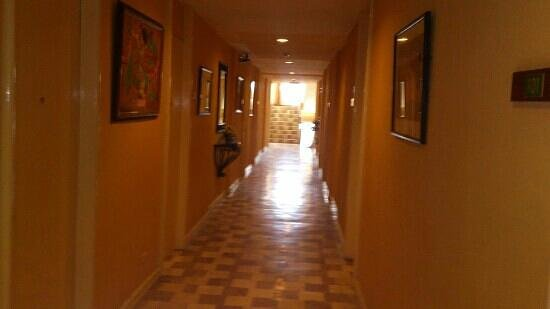 Coco Grande Hotel Dumaguete: hallway
