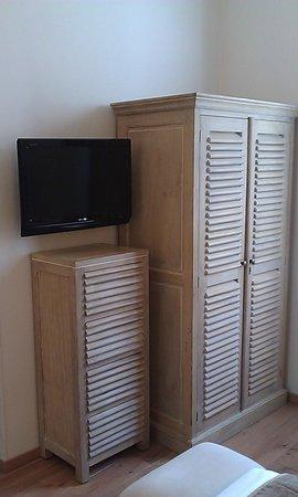 Hotel du Printemps: TV and closet