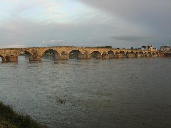 Sanotel : de brug naar het stadje over de Loire