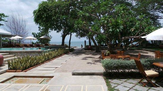 Baan Bayan: Pool und Garten mit Sicht aufs Meer