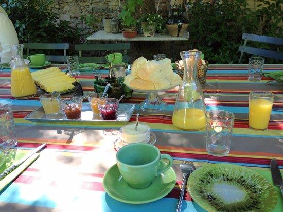 Le Mas de Barbut: Petit déjeuner extérieur
