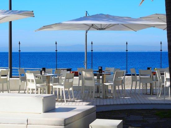Sicilia's Cafe de Mar: Vista sul mar Ionio del golfo di Acitrezza