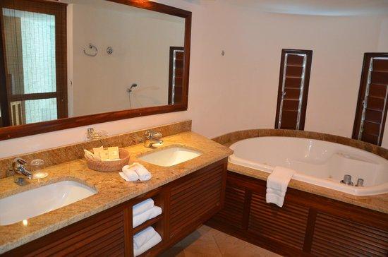 Salle de bain avec jacuzzi - Picture of Le Saint Alexis Hotel & Spa ...