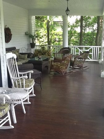 Lakewinds Country Manor: front porch