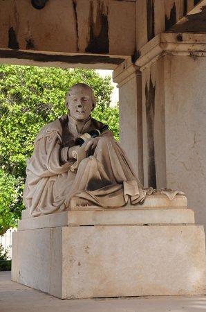 Hastings Gardens: Statue du Baron d'Hastings
