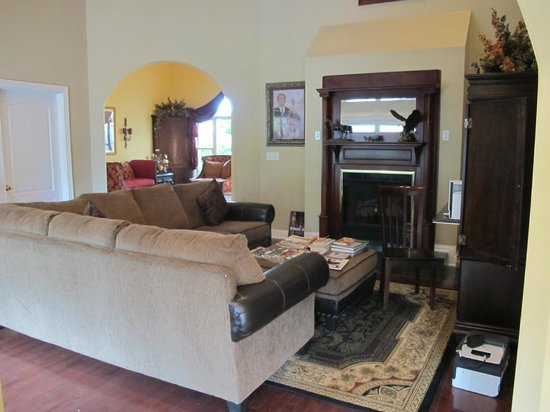 Southern Grace Bed and Breakfast: Comfy living room