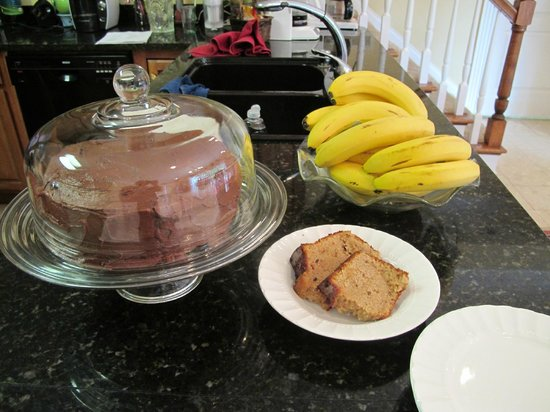 Southern Grace Bed and Breakfast: There's always bound to be cakes/fruits everyday