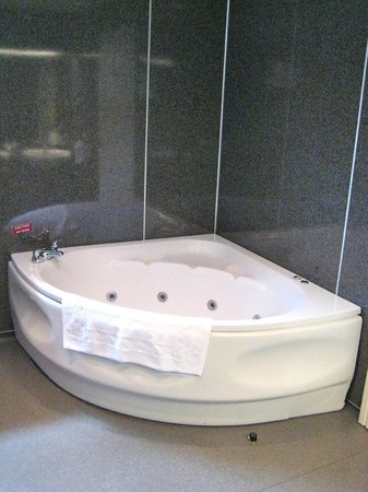 Mill Forge Hotel: Lovely jacuzzi bath