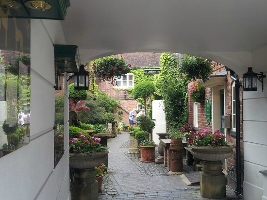 Greyhound Coaching Inn: Courtyard