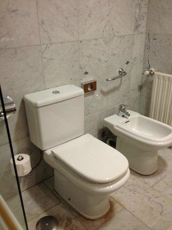NH Barcelona Del Mar: Ванная комната