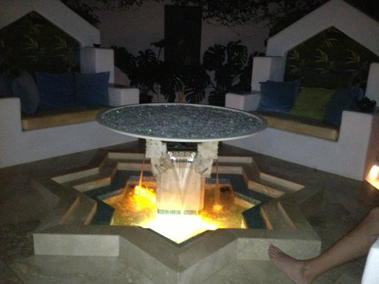 The Cottage Inn & Spa: Courtyard at night