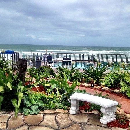 Daytona Shores Inn and Suites: Outside the door of our oceanview room