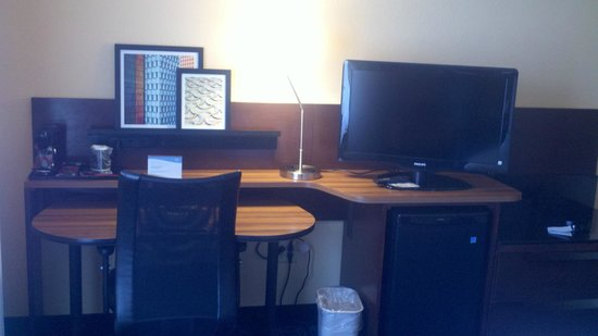 Fairfield Inn & Suites Memphis Southaven: Desk/TV