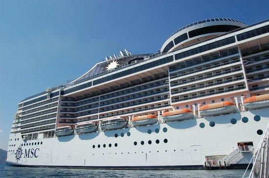 Santorini Sailing : vue d'extérieure du bateau