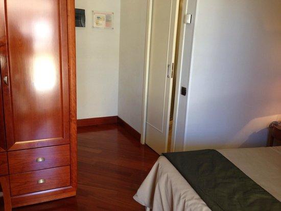 Hotel delle Nazioni: Standard Room - Armoire for clothes