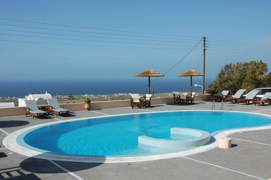 Anemoessa Villa: vue de la piscine vers la mer