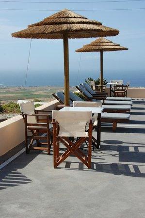 Anemoessa Villa: les transats au bord de la piscine
