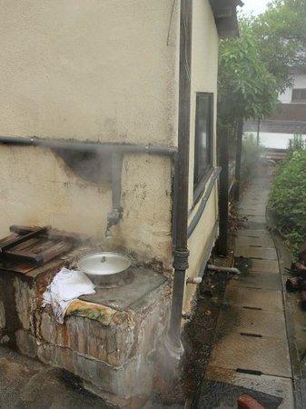Kannawa Onsen : 地元の方が使ってる地獄蒸し釜があったり・・・