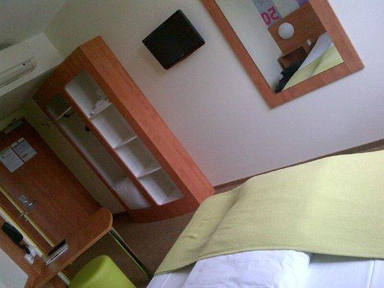 B&B Hotel Frankfurt City-Ost: Simple clean room
