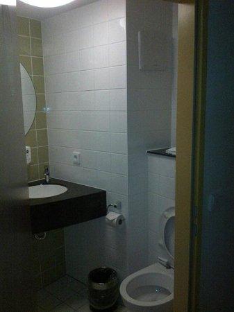 B&B Hotel Frankfurt City-Ost: Clean small toilet