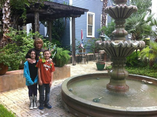 Arbor House Inn And Suites: In the courtyard
