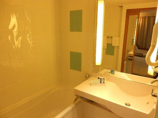 Novotel Paris 13 Porte d'Italie : la doccia in fronte vasca