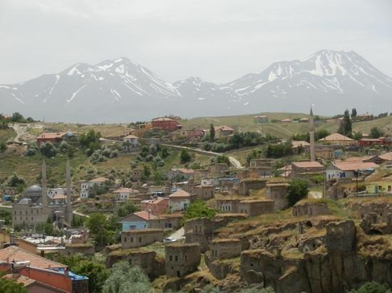 Akar Motel-Pansion: walking into the village of Ilhara.