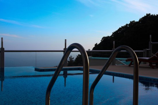 Nirvana Boutique Hotel: Sea view from pool