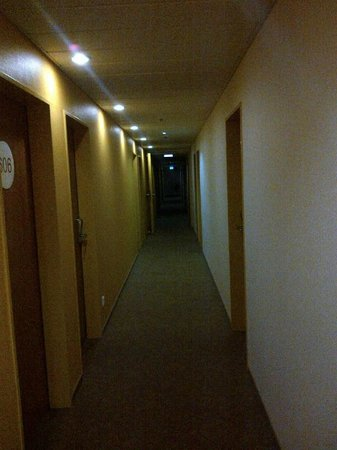 B&B Hotel Frankfurt City-Ost: Aisle to rooms
