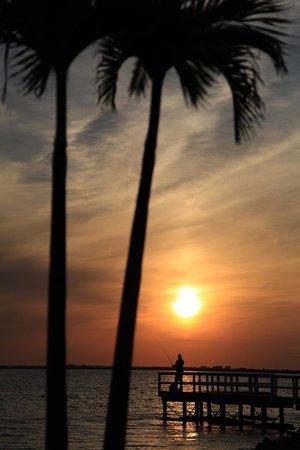 Sailport Waterfront Suites : Sunset over fishing pier