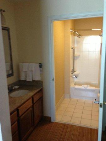 Residence Inn Sacramento Folsom: Not a fan of the sink outside the bathroom.