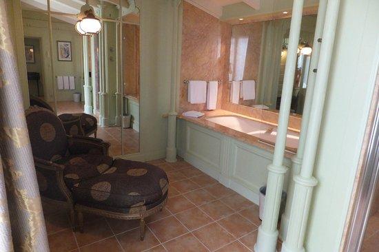 Hotel Le Richelieu: baignoire
