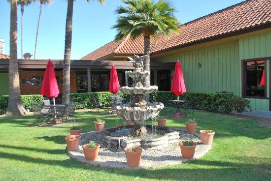 GuestHouse Inn & Suites Norwalk: petit jardin d'agrément