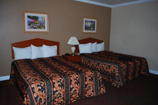 GuestHouse Inn & Suites Norwalk: chambre spacieuse et literie excellente