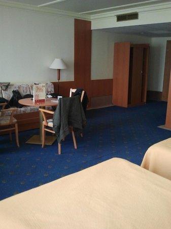 TOP HOTEL Praha: zicht vanuit de bedden op de zithoek en hal binnenkomst