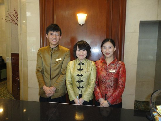 Golden Flower Hotel, Xi'an: Os funcionários simpáticos e com uniformes belíssimos