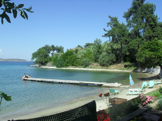 Four Seasons Hotel: Papalimani beach, few mins walk away