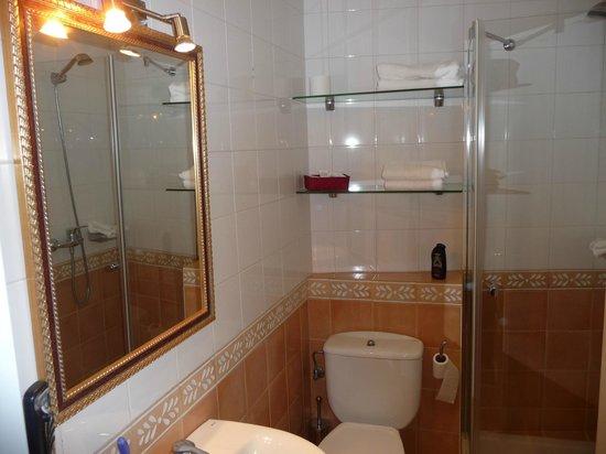 Hotel Gran Bahia Bernardo: Klein aber alles da was man für die Körperpflege benötigt einschließlich Pflegeprodukte.