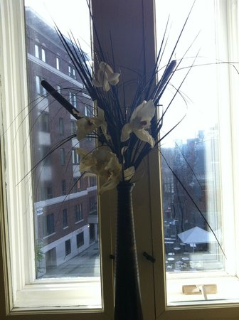 Le Grande-Allee Hotel and Suites : flowers in our room