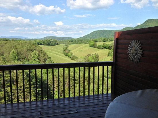 Berry Springs Lodge: Beautiful view of the countryside and Smoky Mountains from the room's balcony
