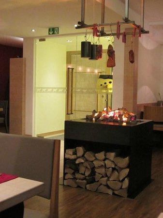 Hotel Gasthof Ochsen: la cheminée au restaurant