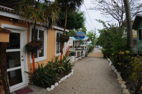 Sea Glass Inn: View entrance towards beach