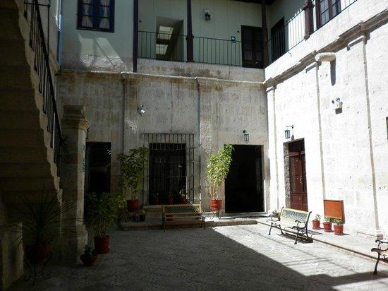 Hotel Santa Rosa: la cour d'entrée