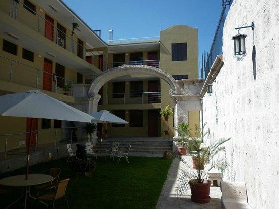 Hotel Santa Rosa: les chambres éloignées de la rue et le gazon/terrasse