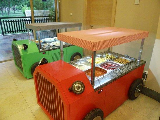 Melas Holiday Village: Petites voitures buffet pour les enfants