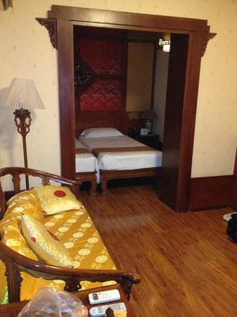 Bamboo Garden Hotel: Room w/2 beds, sitting area