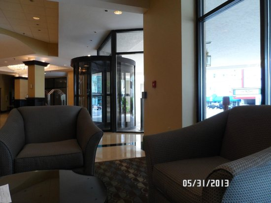 Radisson Hotel High Point : View to the front entrance